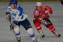 Klatovský kapitán Švík (vpravo) v souboji s hráčem Řisut.