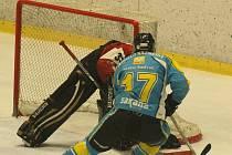 Hokejisté klatovského béčka (v červeném) porazili Kaznějov (hráči v modrých dresech) těsně 2:1.
