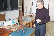 Fyzikář Josef Veselý předvedl Deníku kyvadlo, které bylo vyrobeno už za první republiky, vlevo je naopak zcela moderní pomůcka – osciloskop.