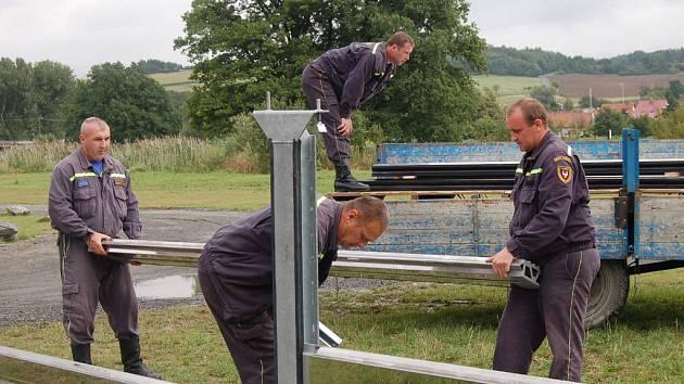 Hasiči ukázali veřejnosti, jak se staví protipovodňová stěna, která má ochránit Švihov od povodní