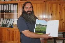 Starosta Chanovic Petr Klásek s novou knihou Horažďovicko pod Práchní.