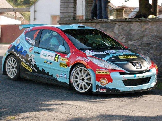 Jubilejní třicátý ročník Rally Agropa Pačejov vyhrála posádka vozu Peugeot 207 Super 2000 Roman Odložilík – Martin Tureček. Na snímku projíždí návsí obce Bílenice  při  předposlední sedmé rychlostní zkoušce.