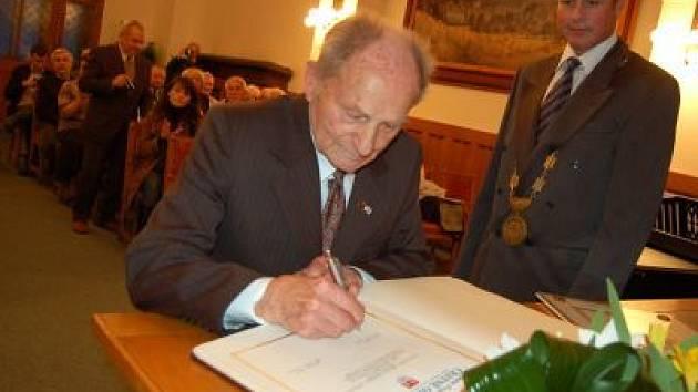 František Wiendl se podepisuje do pamětní knihy