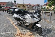 Střet osobního auta a motocyklu v Sušici.