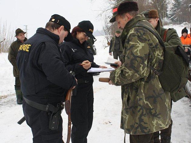 Policisté kontrolovali myslivce před honem v Mokrouskách
