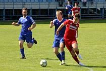 Fotbalisté TJ Sušice (na archivním snímku hráči v modrých dresech) přivezli z jihu Plzeňska cenný bod.