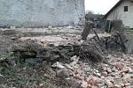 Vichřice za sebou zanechala spoušť ve Skránčicích, kde poničila stodolu a auta.