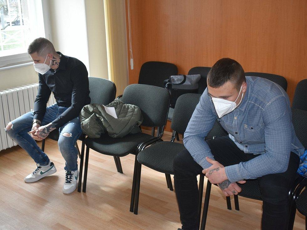 Zdeněk Herman (v černé košili) a Robert Kurka u klatovského soudu.