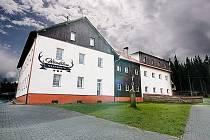 Grandhotel Woodstone na fotografii, která byla zveřejněna na stránkách http://grandhotelwoodstone.cz a které někteří zájemci naletěli. Snímek vznikl nejspíše upravením fotografie hotelu Stavbař v Javorné, který je nyní zavřený.