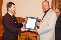 Ratingové ohodnocení převzal od ředitele pražské pobočky Moody's Petra Vinše (vlevo) klatovský starosta Rudolf Salvetr.