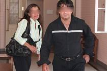 Rodiče potrhaného dítěte Milan K. a Kateřina K. přicházejí k soudu.