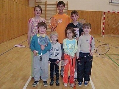 NADĚJE. Pláničtí badmintonisté myslí na budoucnost a proto se trpělivě věnují mladým. Vzadu zleva stojí: Lenka Šebestíková, Vladimír Čipera, Michal Čipera;  vpředu zleva  jsou: František Touš, Martin Čipera, Nikola Heřmanová a Tomáš Heřman.