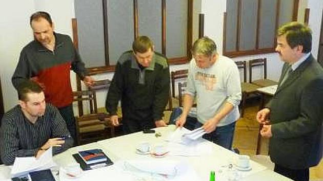 Nad novým územním plánem diskutují zleva Jan Buriánek, Josef Kotlaba, Petr Meduna,  Jiří Kučera a starosta města  Karel Zrůbek.
