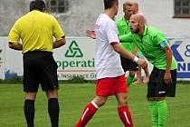 Tradiční obrázek z pohárového zápasu Klatovy - Most: hosté (v daném případě Gedeon) se zlobí na rozhodčího.