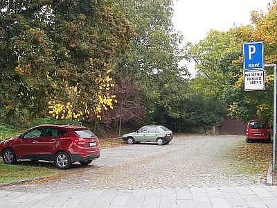 Parkoviště v Klatovech, kde byl školák bezdůvodně zmlácen.