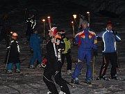 Sjezd Horské služby a lyžařů s pochodněmi na Špičáku.