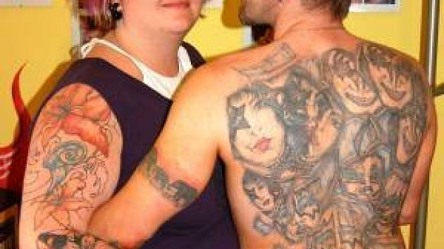 V sobotu bude pro všechny milovníky tetování, malování na tělo, piercingu a dalších podobných aktivit zaslíbeným městem Nýrsko, neboť zde Marcel a Pavla Souškovi (na snímku) z tetovacího studia eMPík Klatovy uspořádají velkou show.