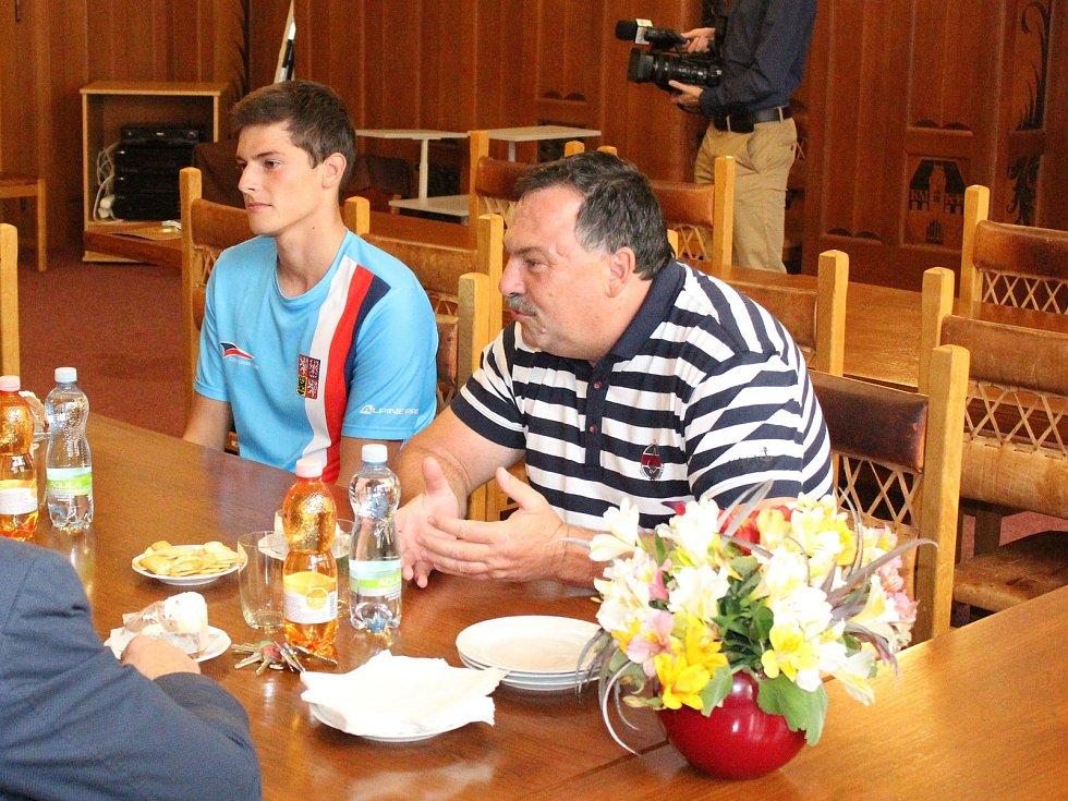 Vodní slalomář Vít Pohanka byl oceněn na klatovské radnici za juniorský titul mistra světa v deblkánoi
