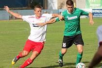 Klatovští fotbalisté (v bílém) získali doma v souboji s týmem Rokycan jen bod.