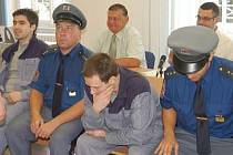 Zatímco Šuba (uprostřed) soudkyni sliboval, že se polepší, Soukup (vlevo) nepůsobil nijak sklíčeným dojmem.