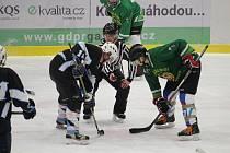 ANI V LETOŠNÍM ROČNÍKU Šumavské ligy amatérského hokeje nebudou chybět borci z Tomahawku (hráč v zeleném) a Poběžovic (na snímku hráč vlevo v černém dresu).