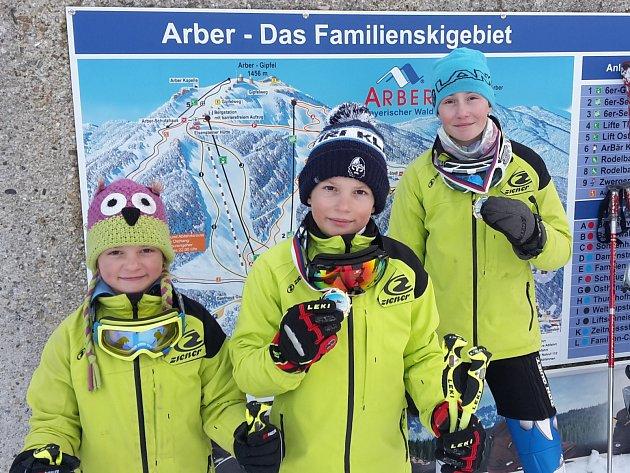 Kdyby byla vyhlášena soutěž rodin ve sjezdovém lyžování, tak by v této sezoně nemohl zvítězit nikdo jiný než Jandovi. Zleva nejmladší Lucinka, David a Katka po úspěšném závodě na Javoru.