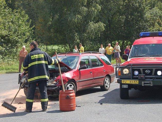Na křižovatce u Velhartic došlo 23.8. odpoledne k dopravní nehodě, která si vyžádala tři zraněné osoby. U nehody zasahovali záchránáři a vrtulník