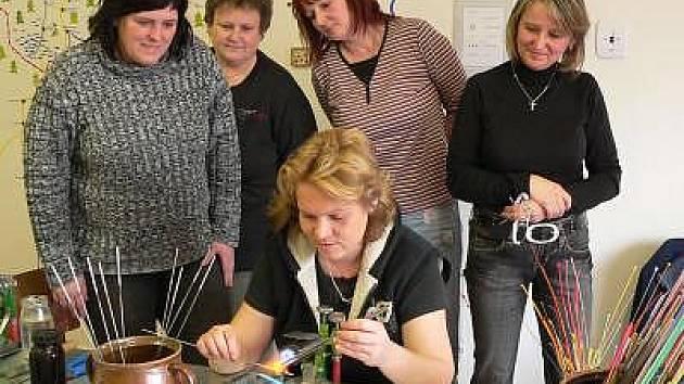 Jana Wudy při výrobě vinutých perel