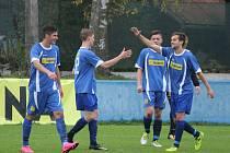 Fotbalisté klatovských dorostů (na archivních fotografiích hráči v modrých dresech) v Janovicích porazili příbramský Spartak. Devatenáctka otočila zápas ze stavu 0:2 na 4:2 a hráči do 17 let soupeře udolali těsně 1:0.