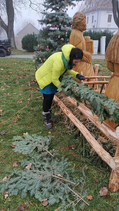 Zdobení stromu a stavění betléma v Chudenicích. Foto: Knihovna Chudenice