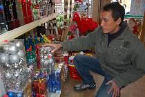Klasické vánoční ozdoby ze skla pomalu vytlačují výrobky z plastu.