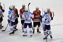 Hokejisté SHC Klatovy (na archivním snímku hráči v červených dresech) vedou v sérii s Kobrou už 2:0. Ve středu můžou doma rozhodnout.