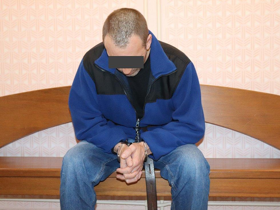 Roman V. (46) z Plzně-jihu, který ve středu brutálně ubodal svého bývalého šéfa, majitele klatovské autodopravy Jiřího Ž. (54), bude na verdikt soudu čekat za mřížemi.