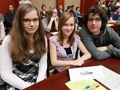 Úspěšní studenti (zleva) Hana Šebestová, Andrea Roubová a Vojtěch Hlavatý.