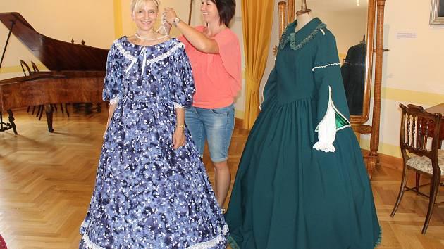 55645ed5678 V Muzeu Lamberská stezka v Žihobcích si ženy a dívky mohou vyzkoušet šaty z  doby kněžny ...