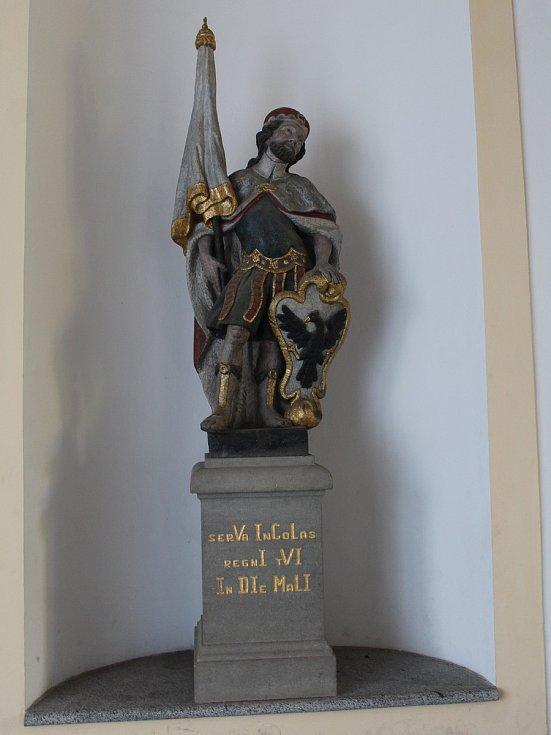 Více než 200 let stará barokní pískovcová socha sv. Václava v Klatovech, kterou poškodil vandal.