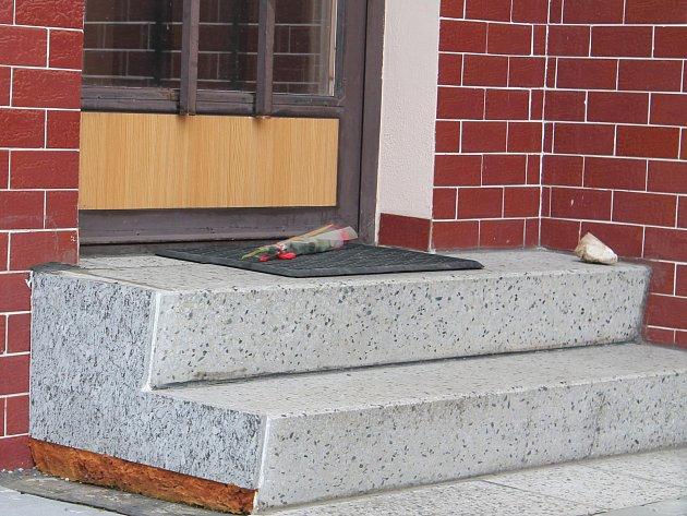V neděli odpoledne tragédii připomínala již jen růže na schodech domu v Nýrsku, kde manželé žili.