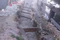 Výkop pro kanalizaci v přístupové cestě k hradu odkryl původní, šest set let starou, gotickou zeď.