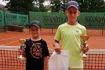 Desetiletý David Svoboda (vlevo) zářil na tenisovém turnaji v Domažlicích.
