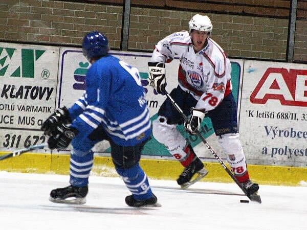 Junioři HC Klatovy (v bílých dresech) porazili v prvním domácícm zápase v nové sezoně PZ Kladno 8:5.