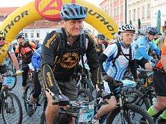 Na trasu 105 km cyklomaratonu Author Král Šumavy 2015 odstartovali v Klatovech bikeři 30. května v 7.30 hodin.