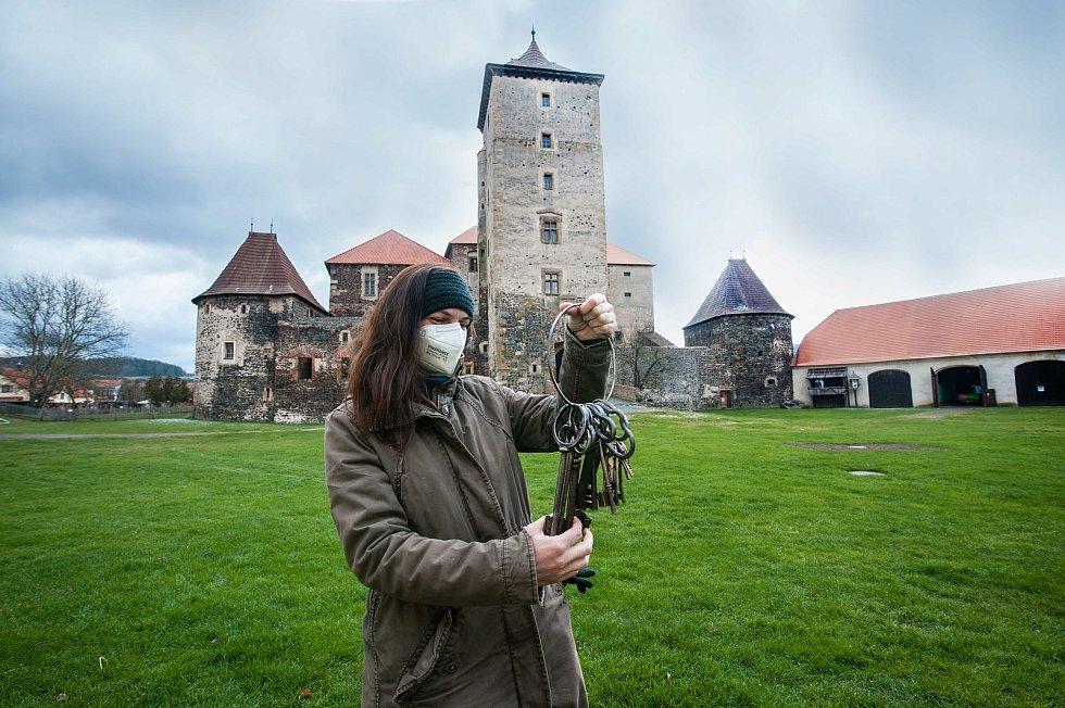 Správa hradu se chystá na úklid v hradním jádru.