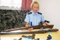 Na snímku ukazuje některé z odevzdaných kusů Dana Ladmanová z klatovského policejního ředitelství.