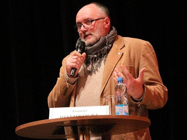 Besedu ředitelů NPŠ moderoval ředitel Národního parku Podyjí Tomáš Rothröckl. NP Podyjí byl stejně jako NP Šumava vyhlášen 20.března 1991a od té doby má stále stejného ředitele.