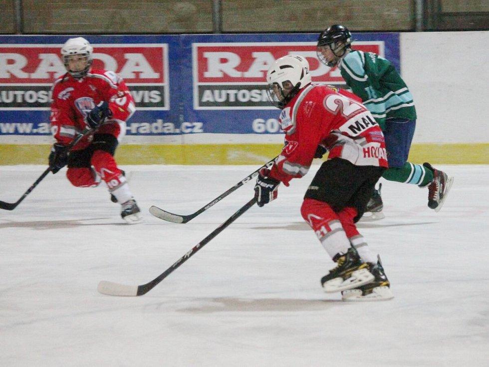 Liga starších žáků: HC Klatovy (v červeném) - HC Milevsko 5:2.