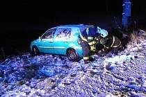 Auto skončilo v rybníce u Kvášňovic.