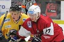 Jan Schleiss (červený dres) se klatovským divákům představil už v zápase se Sokolovem, ve kterém dal dva góly