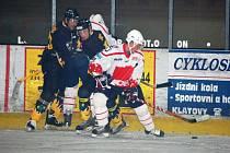 Klatovští hokejisté v prvním přípravném utkání na druholigový soutěžní  ročník 2007/2008 porazili doma Sokolov 4:1. Na dva góly přihrál klatovský útočník Tomáš Ceperko (v bílém dresu).