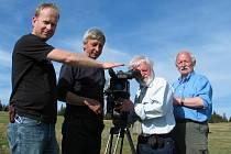 Natáčení na Šumavě. Za kamerou je Andrej Barla, vpravo stojí Zdeněk Flídr.