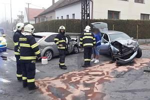 Nehoda dvou aut v Janovicích nad Úhlavou.